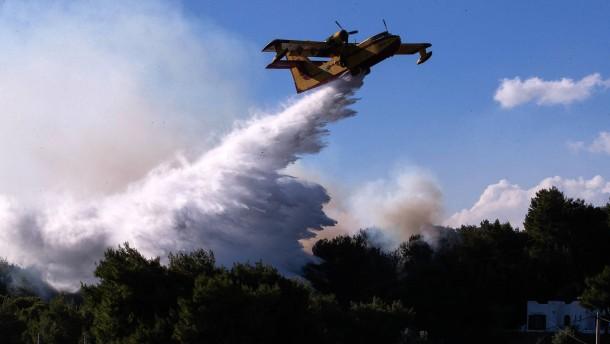 Feuerwehr kämpft gegen Waldbrand in Griechenland