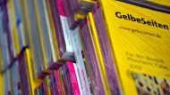 Auch noch als gedrucktes Produkt: Das Branchenverzeichnis Gelbe Seiten, hier zum Abholen bereitgestellt