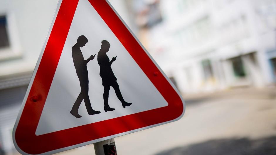 Achtung vor Menschen mit Smartphones: Warnschild in Reutlingen