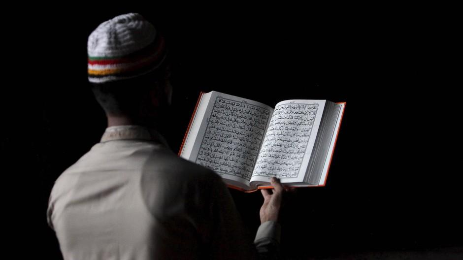 Koranlektüre in einer Moschee im pakistanischen Lahore während des Fastenmonats Ramadan