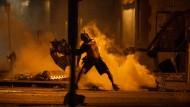 Ein Demonstrant in Minneapolis liefert sich eine Schlacht mit der Polizei.