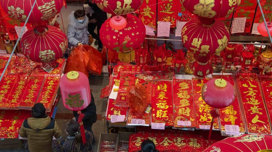 Alleine feiern: Die Chinesen kaufen fürs Frühlingsfest ein, hier auf dem Markt in Hai'an in der Provinz Jiangsu – in ihre Heimatdörfer sollen sie aber nicht reisen.