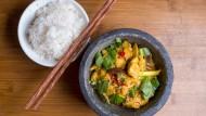 Weniger puristisch als die japanische Küche, weniger exotisch als die thailändische: Vietnamesisches Essen wie das Huhn mit Kurkuma ist zugänglicher.