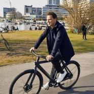 Gründer Taco Carlier auf dem S3, dem neuesten E-Bike von Van Moof. Designt hat es sein Bruder Ties.