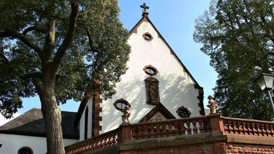 Wie die verheißene Stadt auf dem Berge thront Kloster Engelberg über dem Main bei Großheubach