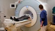 Bei einer MRT wird häuft ein Gadolinium-Kontrastmittel verabreicht, um Gewebestrukturen besser sichtbar zu machen.