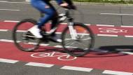 In der Karlsruher Innenstadt fährt ein Radfahrer auf einem Fahrradstreifen.