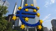 Das Euro-Symbol vor dem ehemaligen Standort der Europäischen Zentralbank (EZB) in Frankfurt am Main.