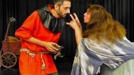 Der Schelm und die Seherin: Dimitrios Bakakis spielt den Henker von Bergen, Sigrid Roßmann das Kräuterweib Sibylle.