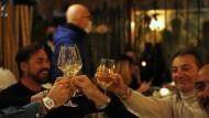 Gäste eines Mailänder Restaurants stoßen miteinander an. Mehrere Restaurants öffneten aus Protest gegen die Corona-Maßnahmen ihre Pforten.