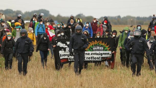Hunderte protestieren am Tagebau Garzweiler gegen Kohle
