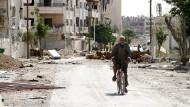 In den zerstörten Straßen von Duma: Die humanitäre Lage Syriens hat sich noch nicht entspannt.