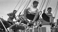 Kinder auf dem Kettenkarussell beim Rettichfest in Schifferstadt, 1930er Jahre.