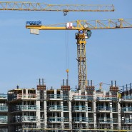 Kräne stehen auf einer Baustelle für mehrstöckige Wohnhäuser in Hamburg.