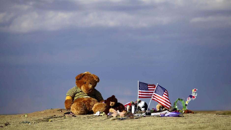 Teddybären erinnern in der Nähe des Tatorts an die Opfer.