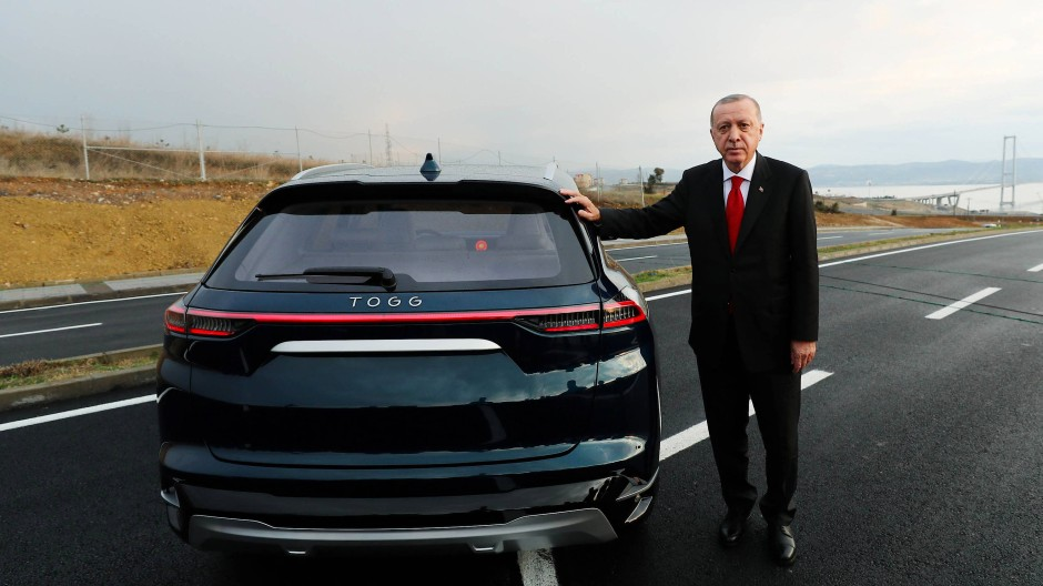 Der türkische Präsident Recep Tayyip Erdogan mit dem Prototyp von Togg im Dezember 2019