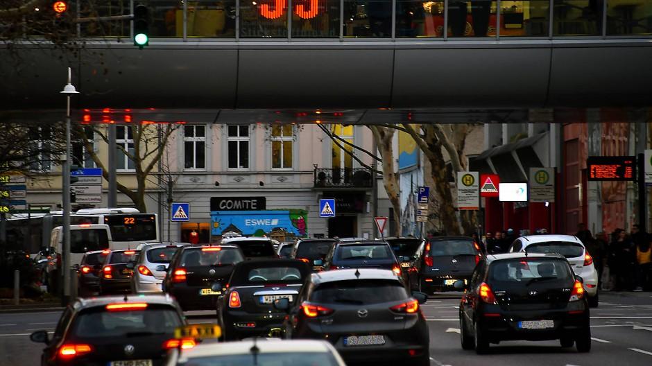 Am Luisenforum in Wiesbaden werden die aktuellen Stickstoffdioxidwerte schon länger angezeigt.