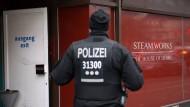 Polizeibeamter in Berlin vor dem Saunaclub: Warum hat es gebrannt?