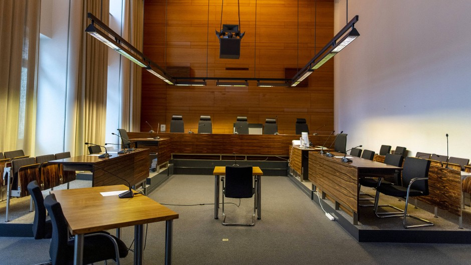 Die Innenansicht zeigt den umgebauten Gerichtssaal im Landgericht Freiburg, in dem ab dem 26.06.2019 der Prozess gegen elf Männer beginnt.