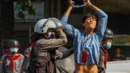 ein Demonstrant wird in den Straßen von Yangon am Samstagmorgen verhaftet.