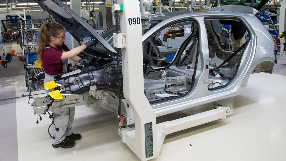 Volkswagen-Mitarbeiter in Zwickau montieren einen Golf.