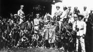 Angehörige der deutschen Schutztruppen 1896 mit gefangenen Hereros im damaligen Deutsch-Südwestafrika, dem heutigen Namibia.