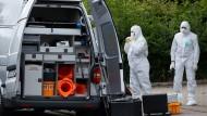 Barsinghausen: Polizeibeamte sichern Spuren nach dem Fund einer Frauenleiche.