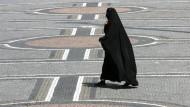 Eine verschleierte Frau auf dem Odeonsplatz in München