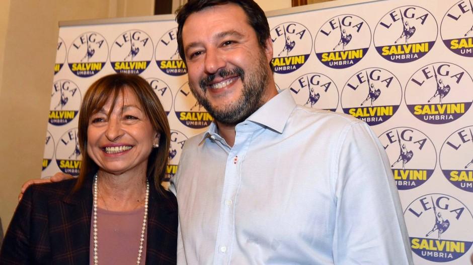 Der Parteichef und seine Kandidatin: Matteo Salvini am Sonntag mit der siegreichen Donatella Tesei in Perugia