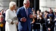 Der britische Thronfolger Prinz Charles und seine Frau Camilla, Herzogin von Cornwall bei ihrem Besuch am Brandenburger Tor
