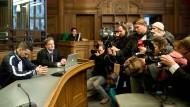 Der Rapper Bushido 2014 im Amtsgericht in Berlin neben seinem Anwalt Stefan Conen. Er soll ein Jahr zuvor einen Fan mit einem Schuh geschlagen haben.