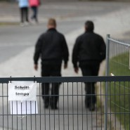 Sicherheitskräfte auf dem Gelände des Flüchtlingsheim der ehemaligen Siegerland-Kaserne in Burbach: Ein rechtsfreier Raum?