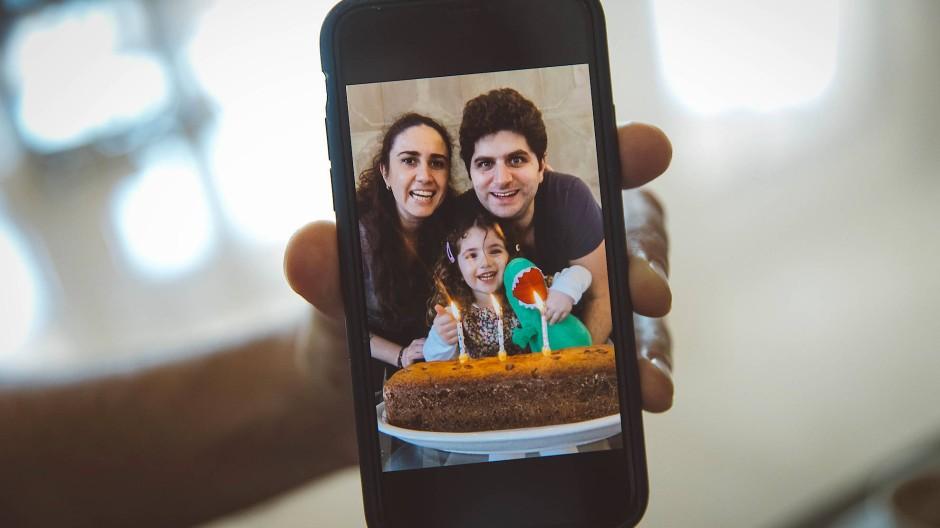 Erinnerungen: Ein Foto von Alexandras drittem Geburtstag auf dem Handy ihres Vaters.