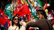 Wer noch Arbeit hat, muss ohne Lohnausgleich Überstunden machen und hat vier gesetzliche Feiertage eingebüßt. Demonstration gegen Gehaltskürzungen in Lissabon im Juni dieses Jahres
