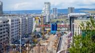 Großbaustelle bis 2024: Vor der Emser Brücke ist die Europa-Allee für den Bau der U-Bahn aufgerissen.