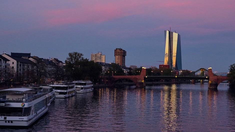 Europäische Zentralbank in Frankfurt: In manchen Eurostaaten hält die Notenbank mehr als die Hälfte der Staatsschulden.