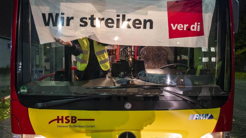 In vielen hessischen Städten streiken die Fahrer privater Busunternehmen.