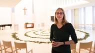 Möchte Mut machen: Johanna Kluge spricht in der Kirche Zentrum Verkündung der EKHN über die Vorbereitung ihres ersten Weihnachtsgottesdienstes.