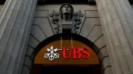 Das Logo der UBS am Eingang des Schweizer Unternehmenssitzes in Zürich