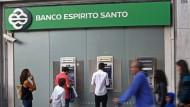 Kunden vor einer Filiale der Banco Espirito Santo (BES) in Lissabon
