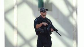 Bewaffnete Einsatzkräfte bewachen nach dem Attentat von Ottawa den Eingang zum kanadischen Parlament