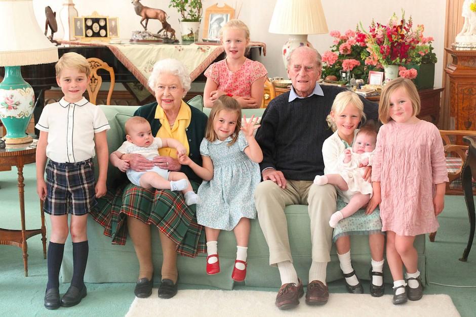In Erinnerung an Prinz Philip: Das undatierte Foto der britischen Königin Elisabeth II. und ihres verstorbenen Mannes mit ihren Urenkeln hat der Palast am Mittwoch veröffentlicht.