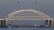 Wer provoziert wen? Ein russisches Schiff blockiert am Sonntag die Zufahrt zum Asowschen Meer.