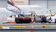 Nur noch ein metallenes Gerippe: die völlig ausgebrannte Emirates-Maschine am Flughafen in Dubai.