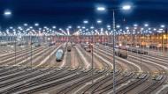 Die Zugbildungsanlage des Rangierbahnhofs Halle/Saale ist eine moderne der Deutschen Bahn. Güterwagen werden zu Zügen zusammengestellt, hier ist der Computer schon kräftig im Einsatz.