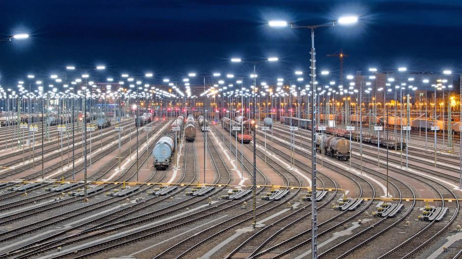 Startrampe: Die Zugbildungsanlage des Rangierbahnhofs Halle/Saale ist eine moderne der Deutschen Bahn. Güterwagen werden zu Zügen zusammengestellt, hier ist der Computer schon kräftig im Einsatz.