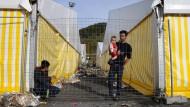 Wie geht's jetzt weiter? Ein syrischer Flüchtling am Sonntag im Flüchtlingslager Spielfeld an der slowenisch-österreichischen Grenze