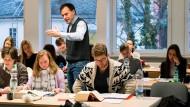 """Lehre gegen Geld: Heinfried Hahn ist Dozent beim Repetitorium Hemmer. Er unterrichtet seit 20 Jahren Examenskandidaten. Die Konkurrenz zwischen universitären und kommerziellen Repetitorien hält Hahn für """"befruchtend""""."""