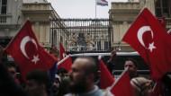 Vor dem niederländischen Konsulat in Istanbul demonstrieren am 12. März 2017 Türken angesichts des jüngsten Streits zwischen den beiden Ländern.