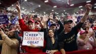 Kurz vor den Kongresswahlen macht Donald Trump Stimmung gegen Flüchtlinge und Migration.